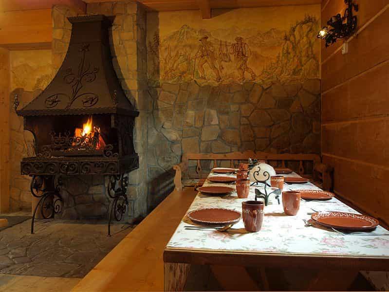 Kuchnia/ jadalnia w pensjonacie w górach